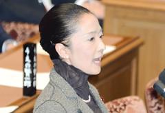 賛成討論に立つ浮島さん=14日 衆院予算委