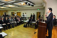 党和歌山県本部の臨時県本部大会であいさつする山口代表=17日 和歌山市