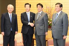 安倍首相との党首会談に臨む山口代表、井上幹事長=25日 首相官邸