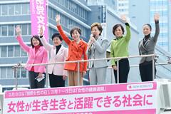 女性政策の実現に全力を挙げると訴える松副代表と、浮島、山本(か)、古屋、高木(美)、竹谷の各氏=27日 JR新宿駅西口