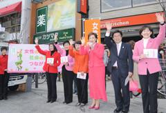 公明党の実現した女性の健康政策を紹介する松さんら=3日 東京・目黒区