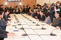 予算・税制や暴風雪被害への対応などを協議した政府・与党連絡会議=4日 首相官邸