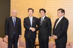 TPP交渉参加表明に当たり、安倍首相との会談に臨む山口代表、井上幹事長=15日 首相官邸