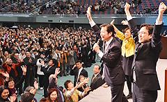政治決戦の勝利へ支援を訴える山口代表と杉氏、山本(か)さん=3日 大阪市