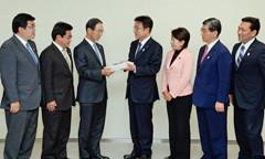安藤副知事に要望する長橋、斉藤、中島、栗林、鈴木、こいその各議員=8日 都庁
