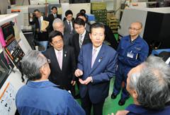金属加工の現場で説明を受ける山口代表と斉藤都議ら=11日 東京・目黒区