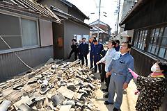瓦屋根が全て崩れ落ちた濱口さん宅を訪ね、状況を聞き励ます赤羽、中野氏ら=13日 兵庫・洲本市