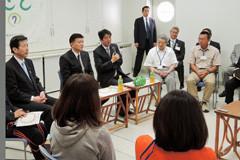 父島の島民と懇談する安倍首相と山口代表=14日 東京・小笠原村