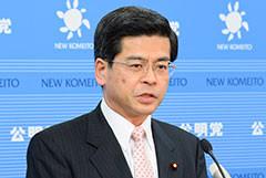 記者会見する石井政調会長=8日 国会内