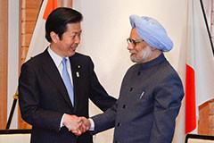 インドのシン首相との会談に臨む山口代表=28日 都内