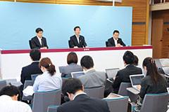 「重要政治課題」を発表する山口那津男代表ら=27日 党本部