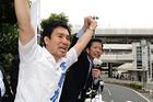 「世界で勝てる日本をつくる」と力説する矢倉かつお候補(埼玉選挙区)と山口なつお代表=さいたま市