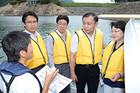 貯水量が低下している矢木沢ダムを視察する都議会公明党のメンバー=31日 群馬・みなかみ町