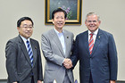 メネンデス米上院外交委員長を歓迎する山口代表、上田国際委員長=14日 参院議員会館