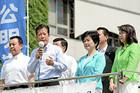 平和への誓いを訴える山口代表と高木陽介、高木美智代、竹谷の各氏=15日 東京・池袋駅東口