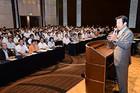 党東京都本部の夏季議員研修会であいさつする山口代表=27日 都内