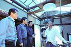 屋根が飛ばされる被害に遭った住民から話を聞く輿水、矢倉、西田の各氏=3日 埼玉・越谷市