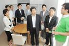 キッチンやリビングなどを備えたチャイルド・ケモ・ハウスを視察する公明党議員=6日 神戸市