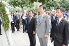 同時多発テロの犠牲者を追悼し、献花する山口代表と上田、遠山の両氏=8日 ニューヨーク・世界貿易センタービル跡地(撮影・宮地広助)