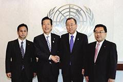 潘基文国連事務総長と会談する山口代表ら党訪米団=9日午後 ニューヨーク・国連本部
