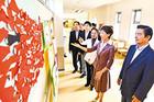 施設内に飾られた児童・生徒の作品を見る党厚労、文科両部会の議員ら=13日 横浜市