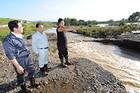 大雨で水に漬かったリンゴ園で生産者から話を聞く伊吹県代表ら=17日 青森・板柳町
