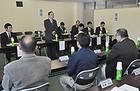 試験操業の現状について意見交換を行う横山政務官=2日 福島・いわき市