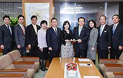 稲田担当相(中央左)に提言を行う党独法・特会改革委=29日 内閣府