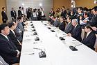 経済対策で協議した政府与党政策懇談会=5日 首相官邸