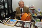 家族4人の遺影を前に、孫の形見のランドセルを見つめる鈴木さん。「誰かいる時は笑って話してるけど、一人になると黙っていても涙が出てくるんだ」