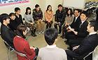 就職活動などについて活発に意見を交わした「九州学生懇談会」=23日 福岡市