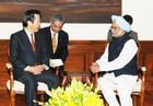 シン首相(右)と会談する山口代表=7日 ニューデリー(インド政府提供)