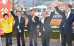 非正規雇用の処遇改善を訴える石井氏(中央)ら=13日 水戸市