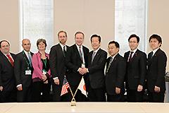 米国議会調査会・日本研究グループ(左側)の表敬を受ける山口代表(右から4人目)ら=21日 衆院第2議員会館