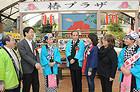 大島観光協会の白井会長らと椿まつり開催を祝う竹谷さんら=26日 東京・大島町