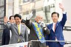 ますぞえ候補への支援を呼び掛ける山口代表と安倍首相=2日 東京・中央区