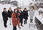 除雪作業に追われる住民の声を聞く若松氏ら=先月19日 秋田・横手市