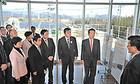 福島再生可能エネルギー研究所で説明を受ける山口代表ら=9日 福島・郡山市