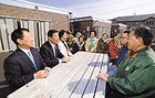 「困ったことがあれば何でも話してください」—仮設住宅の入居者と懇談する阿部、根本、松村の各議員