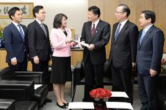 新藤総務相(右から3人目)に申し入れを行う党公会計委員会のメンバーら=14日 総務省