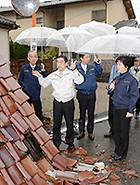 帰還困難区域で全半壊して放置されたままの住宅などを調査する党福島県復興加速化本部=30日 福島・双葉町