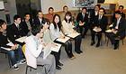 介護や福祉の現場で働く若者たちの話を聞く伊佐、杉の両氏ら=12日 大阪市
