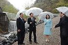小水力発電施設の建設予定地を視察する浜田副大臣ら=30日 福島市