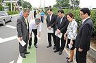 通学路の緊急調査を行う党PTのメンバー=2012年6月 埼玉・所沢市