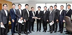 田村厚労相、佐藤副大臣に提言を申し入れる桝屋、石川氏ら=7日 厚労省