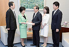 菅官房長官に申し入れる党振興会議のメンバー=19日 首相官邸