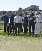 出荷を目的としたコメの実証栽培に取り組む農家と懇談する若松氏ら=1日 福島・富岡町