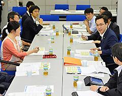 公認会計士有志の勉強会であいさつする杉氏(右側中央)=14日 大阪市