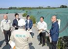 JR常磐線沿いに位置する下小塙地区の除染廃棄物仮置き場で、保管方法を確認する党福島復興加速化本部