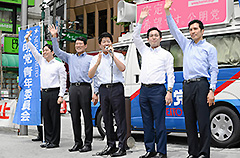 党青年委員会の実績を紹介する石川委員長(中央)ら=26日 東京・中野区